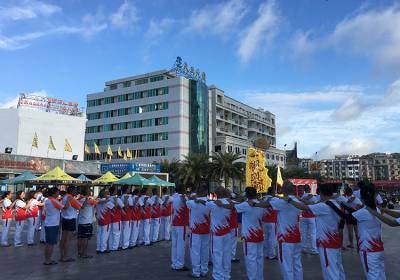我景区举行纪念毛泽东横渡长江54周年游泳活动